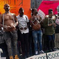 Des militants érythréens ont organisé une vente aux enchères d'esclaves devant l'ambassade du Rwanda, à Herzliya, le 22 janvier 2018, afin de protester contre les expulsions prévues (Melanie Lidman / Times of Israël)