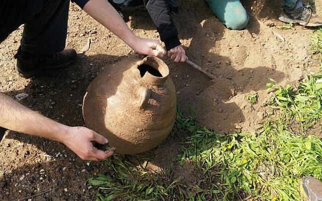 La jarre de l'ère byzantine durant une randonnée familiale dans le parc national de Beit Shean (Crédit : Shmuelik Armon)