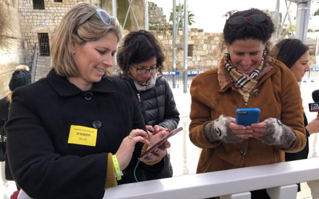 Des femmes journalistes couvrant la visite de Mike Pence au mur Occidental, le mardi 23 janvier 2018 ; Tal Schneider est à gauche (Michael Lipin / Twitter, via JTA)
