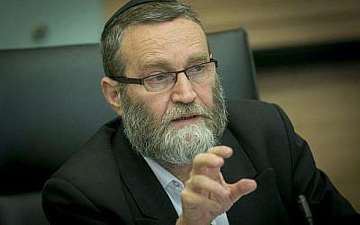 Le président du Comité des finances, Moshe Gafni, dirige une réunion à la Knesset à Jérusalem, le 6 septembre 2016 (Yonatan Sindel / Flash90)