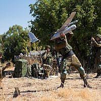 """Des soldats de l'unité des """"radars de l'air"""" de l'armée israélienne lancent un drone Skylark lors d'un exercice (Forces de défense israéliennes)"""