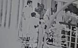 Le chef de l'OLP, Yasser Arafat, à Keffiyah, photographié par un tireur d'élite israélien, quittant Beyrouth en 1982 (Crédit : Autorisation d'Oded Shamir)