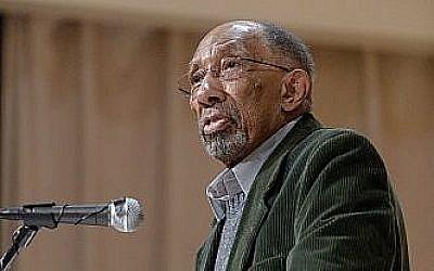 Julius Lester après sa réception du prix Samuel Minot Jones, le 16 avril 2015 (Crédit :  CC BY 2.0 Flikr/Jones Library)