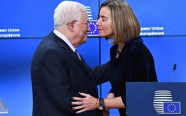 Mahmoud Abbas, leader de l'Autorité palestinienne, est reçu par Federica Mogherini, chef de la diplomatie étrangère de l'UE, avant d'assister à un sommet européen des Affaires étrangères au Conseil européen de Bruxelles le 22 janvier 2018 (EMMANUEL DUNAND / AFP)