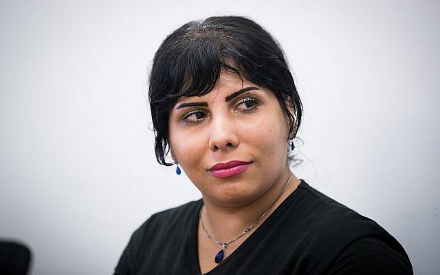 Neda Amin, blogueuse iranienne, à son arrivée en Israël en août 2017 (Yonatan Sindel / Flash90)