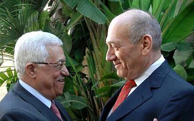 Ehud Olmert, le Premier ministre israélien d'alors, et le président de l'Autorité palestinienne Mahmoud Abbas à Jérusalem en novembre 2008 (Crédit photo : Moshe Milner GPO / Flash90)