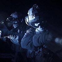 Les forces israéliennes de sécurité lors d'un raid dans la ville de Jénine, en Cisjordanie, à la poursuite des meurtriers palestiniens du rabbin israélien Raziel Shevach, le 18 janvier 2018 (Crédit : Police israélienne)