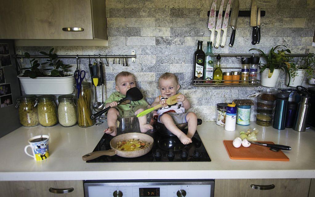 Les jumeaux Vainer préparent le dîner (avec la permission de Guy Vainer)