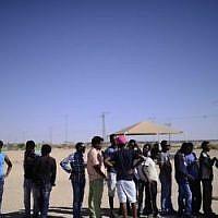 Des demandeurs d'asile africains se rassemblent devant le centre de détention de Holot, dans le sud d'Israël, à l'occasion de la Journée internationale des réfugiés, le samedi 18 juin 2016 (Tomer Neuberg / Flash90)