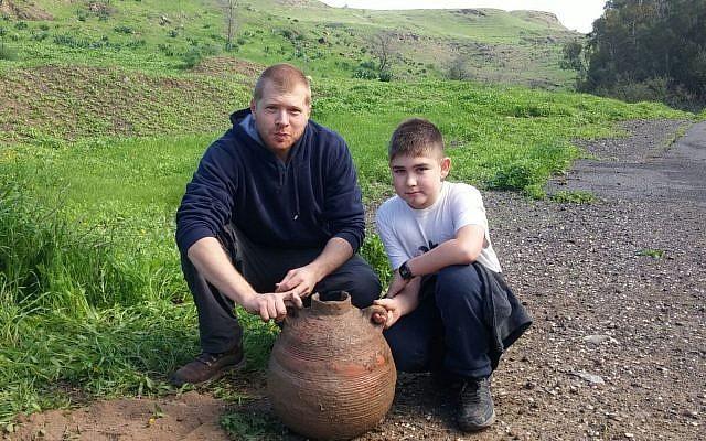 Yotam Arieli, à droite, et son oncle Idan Avidor avec   la jarre de l'ère byzantine durant une randonnée familiale dans le parc national de Beit Shean (Crédit : Shmuelik Armon)