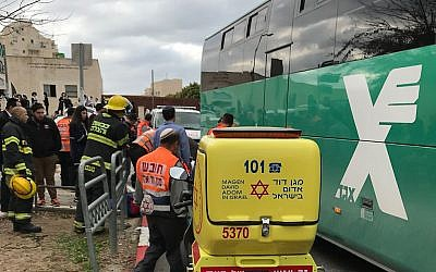 Les ambulanciers de Magen David Adom arrivent sur la scène d'un accident lors duquel un bus a renversé et tué un petit garçon de six ans à Beit Shemesh. (Crédit : MDA)