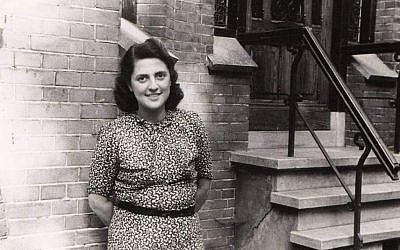 Alice Cohn pose devant le bâtiment dans lequel elle s'est cachée des nazis, à Utrecht, aux Pays-Bas. La photo a été prise après la libération de l'Europe en 1945. (Courtesy : National Holocaust Museum)