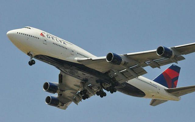 Photo d'illustration d'un avion Delta de type 747-400 atterrissant à l'aéroport Ben Gurion, au mois de juin 2012 (Crédit : Wikipedia/AF1621/CC BY 3.0)
