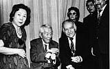 Chiune Sugihara (assis au centre) avec sa famille et l'ancien ministre des Affaires étrangères Yitzhak Shamir, à Tokyo, en 1985. (Crédit : Nobuki Sugihara)
