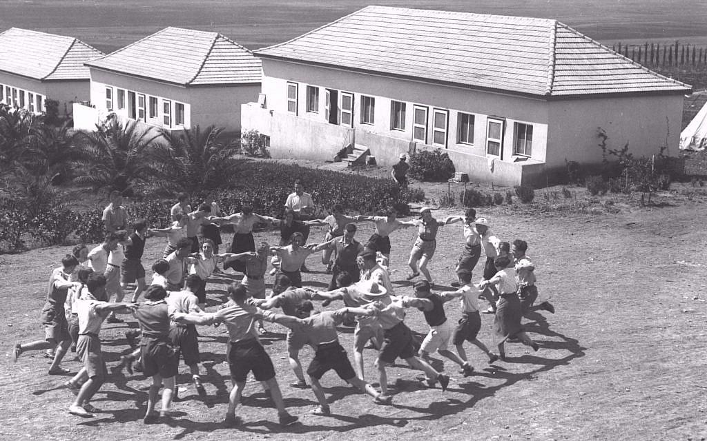 Des jeunes olim d'Allemagne dansent la hora au kibboutz Ein Harod, en 1936 (Crédit :Kluger Zoltan/GPO)