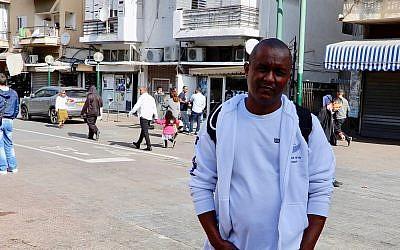Le militant Bluts Iyassu Zeru dans le sud de Tel Aviv le 13 janvier 2018, avant une réunion hebdomadaire de l'organisation  Eritreans United for Justice, un groupe d'opposition consacré à l'union des Erythréens de la diaspora pour le renversement du dictateur en Erythrée (Crédit : Melanie Lidman/Times of Israel)