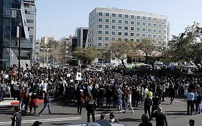 Plus de 1000 demandeurs d'asile érythréens se sont rassemblés devant l'ambassade du Rwanda le 22 janvier 2018 pour protester contre les expulsions prévues. (Melanie Lidman/Times of Israel)