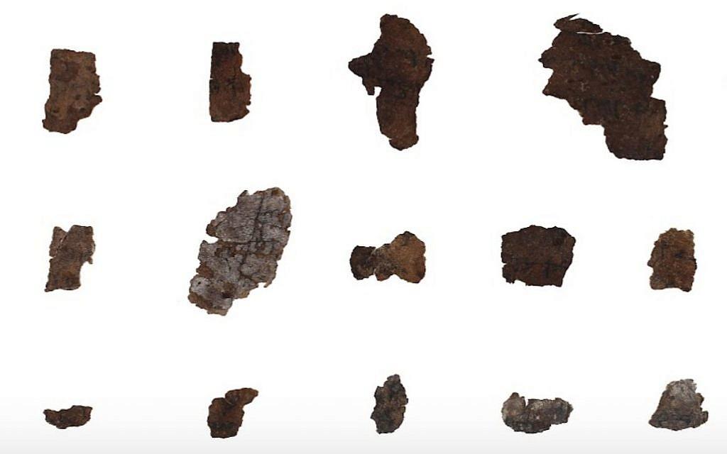 Assiette de médaillons de fragments écrit en script cryptique A de la grotte 4 de 4 à Qumran. (Crédit : Shay Halevi, Autorité des antiquités israélienne, bibliothèque Léon Lévy des Rouleaux de la mer morte)