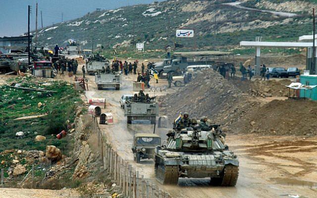 Des véhicules de l'armée israélienne sur le pont d'Awali lors du retrait du Liban, le 16 février 1985 (Crédit :  Yossi Zamir/Flash90)