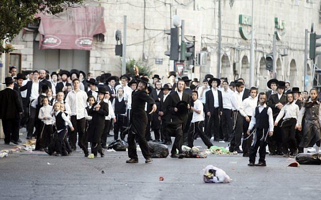 Des Israéliens ultra-orthodoxes prennent part à une violente manifestation dans le quartier de Mea Shearim à Jérusalem le 27 juin 2009. (Uri Lenz / Flash90)