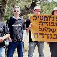 Des diplomates israéliens protestent à Tel-Aviv en brandissant un panneau sur lequel est écrit «Moins de diplomatie = un Israël isolé», le 3 juillet 2013 (Flash90 / Roni Schutzer)