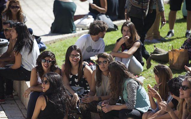Des étudiantes sur le campus du mont Scopus de l'université hébraïque (Crédit :  Yonatan Sindel/Flash90)