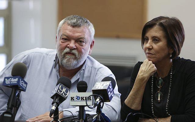 La présidente de Meretz Zahava Galon et le député Meretz Ilan Gilon lors d'une réunion du parti à la Knesset le 25 Novembre 2013. (Yonatan Sindel / Flash90)