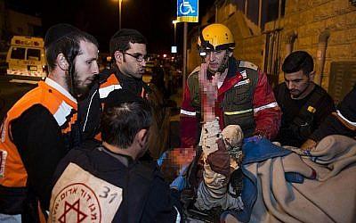 Personnel de secours et infirmier, y compris des paramédicaux ultra-orthodoxes, transportant une femme blessée sur les lieux de l'effondrement du dernier étage d'un bâtiment après l'explosion d'un réservoir d'essence dans le quartier de Gilo, Jérusalem, 20 janvier 2014. (Yonatan Sindel / Flash90)