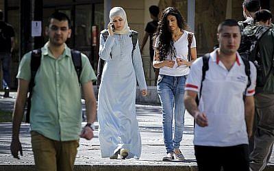 Illustration: étudiants arabes israéliens sur le campus de Givat Ram à l'université hébraïque, le premier jour de la nouvelle année universitaire, le 26 octobre 2014. (Miriam Alster / Flash90)
