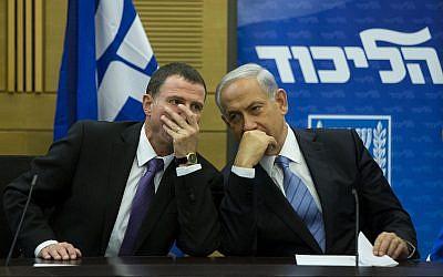 Le Premier ministre Benjamin Netanyahu parle avec le président de la Knesset Yuli Edelstein durant une réunion de faction du Likud à la Knesset, le 27 octobre 2014 (Crédit : Yonatan Sindel/Flash90)