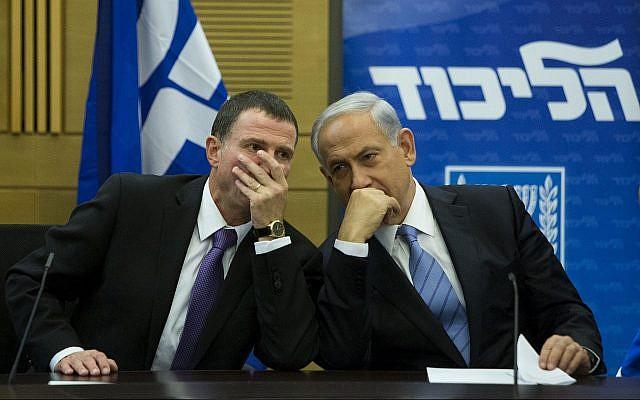 Le Premier ministre Benjamin Netanyahu, (à droite), parle avec le président de la Knesset Yuli Edelstein durant une réunion de faction du Likud à la Knesset, le 27 octobre 2014. (Yonatan Sindel/Flash90)