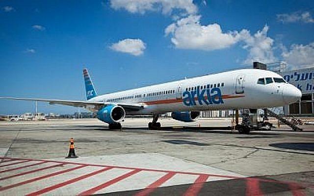 Un avion Arkia à l'aéroport Ben Gourion, photo d'illustration. (Crédit : Moshe Shai/Flash90)