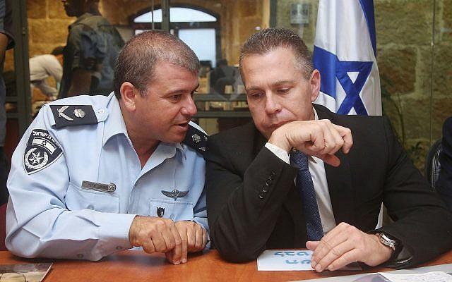 """Le ministre israélien de la Sécurité intérieure Gilad Erdan, à droite, et le chef de la police Jérusalem de l'époque Moshe """"Chico"""" Edri, à gauche, lors d'une conférence de presse au complexe russe de Jérusalem, le 7 octobre 2015 (Crédit : Marc Israel Sellem/POOL)"""