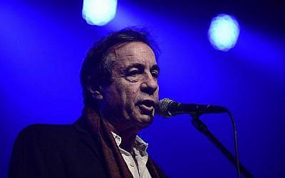 Le chanteur et poète Yonatan Gefen,  à l'EMI, l'Association des artistes israéliens, cérémonie de remise des prix d'excellence pour l'ensemble de la carrière, tenue à Petah Tikva, le 17 février 2016. (Tomer Neuberg/Flash90)
