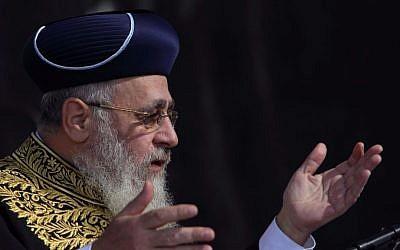 Le grand rabbin séfarade Yitzhak Yosef  lors de la cérémonie de pose de la première pierre de la Yeshiva Nezer HaTalmud à Beitar Illit le 19 septembre 2016 (Crédit : Yaakov Naumi/Flash90)