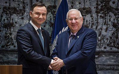 Le président Reuven Rivlin avec le président polonais  Andrzej Duda, durant une cérémonie officielle de bienvenue à la résidence du président de Jérusalem, le 17 janvier 2017. (Crédit : Hadas Parush/Flash90)