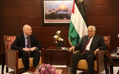L'envoyé du président américain Donald Trump au Moyen-Orient Jason Greenblatt rencontre le dirigeant palestinien Mahmoud Abbas dans la ville de Ramallah en Cisjordanie, le 25 mai 2017. (FLASH90)