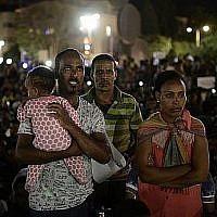"""Des migrants africains participent à une manifestation à Tel Aviv le 10 juin 2017 contre la """"loi sur les dépôts"""", qui exige qu'ils déposent 20% de leur salaire dans un fonds qu'ils ne peuvent récupérer qu'après leur départ du pays. (Tomer Neuberg / Flash90)"""