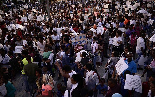 Des migrants africains participent à une manifestation, à Tel Aviv, le 10 juin 2017 (Tomer Neuberg / Flash90)