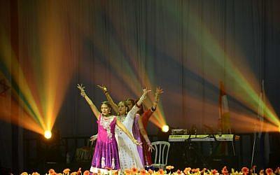 Une performance de Bollywood lors d'un événement célébrant 25 ans de bonnes relations entre Israël et l'Inde lors de la visite officielle du Premier ministre indien Narendra Modi, au Centre des congrès de Tel Aviv, le 5 juillet 2017 (Crédit : Tomer Neuberg / Flash90)