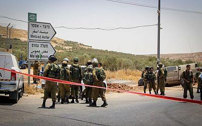 Illustration : des soldats sur les lieux d'une attaque à la voiture bélier sur une autoroute en Cisjordanie, le 10 juillet 2017 (Crédit : Gershon Elinson / Flash90)