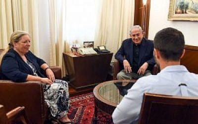 Le Premier ministre Benjamin Netanyahu rencontre le garde de sécurité Ziv Moyal (d) et l'ambassadrice d'Israël en Jordanie, Einat Schlein, au bureau du Premier ministre à Jérusalem le 25 juillet 2017. (Haim Zach / GPO)