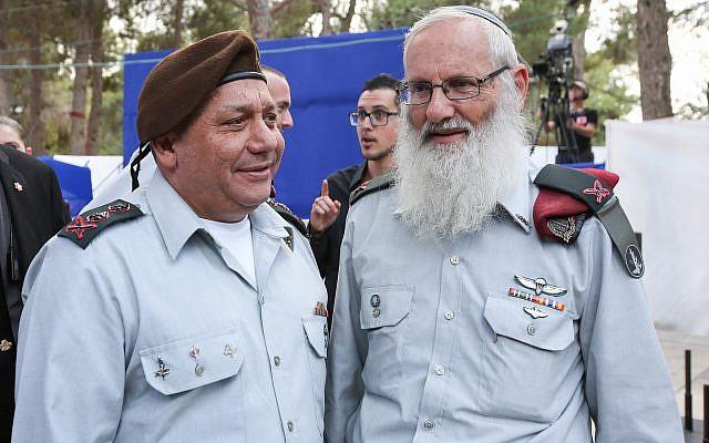 Le chef d'état-major de Tsahal, le général Gadi Eisenkot, à gauche, et le chef du rabbinat militaire Eyal Karim lors d'une cérémonie à Jérusalem, le 1er novembre 2017. (Marc Israel Sellem / Flash90)