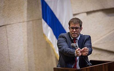Le député Likud Oren Hazan s'exprimant lors d'une séance plénière de la Knesset, le 27 novembre 2017. (Hadas Parush/Flash90)
