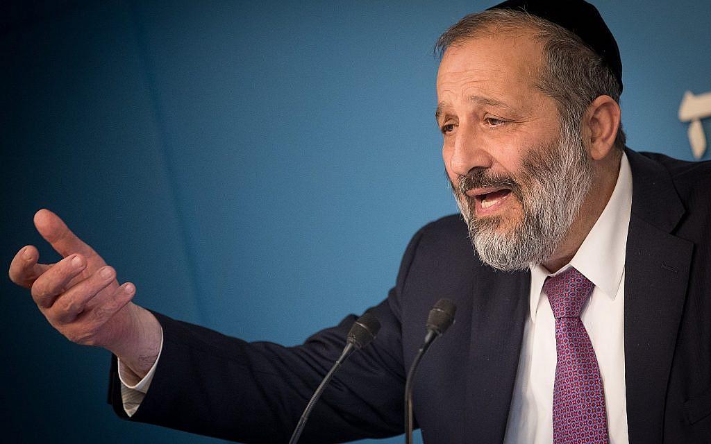 Aryeh Deri lors d'une conférence de presse sur une nouvelle réforme sur les supermarchés, au bureau du Premier ministre, à Jérusalem, le 3 décembre 2017. (Crédit : Yonatan Sindel/Flash90)