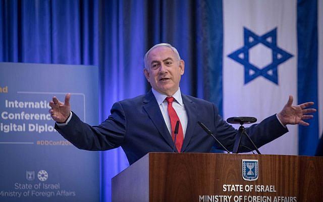 Le Premier ministre Benjamin Netanyahu prend la parole lors de la conférence internationale sur la diplomatie numérique au ministère des Affaires étrangères à Jérusalem, le 7 décembre 2017 (Crédit : Hadas Parush / Flash90)
