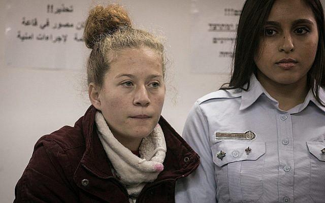 Ahed Tamimi, à gauche, au tribunal militaire d'Ofer le 25 décembre 2017 (Crédit : Flash90)