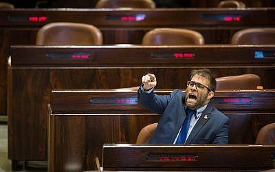 Le député du Likud Oren Hazan réagit à un discours de Hanin Zoabi de la Liste arabe unie le 27 décembre 2017 (Crédit :  Hadas Parush/Flash90)