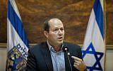 Le maire de Jérusalem, Nir Barkat, lors d'une conférence de presse à la municipalité de Jérusalem au sujet de son différend avec le ministère des Finances sur le budget de la ville, le 1er janvier 2018 (Crédit : Flash90)
