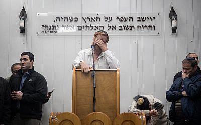 Le député Yehudah Glick prononce un éloge funèbre pour sa femme Yaffa Glick, au cimetière Har HaMenou'hot, à Jérusalem, le 1 janvier2018. (Crédit : Hadas Parush/Flash90)